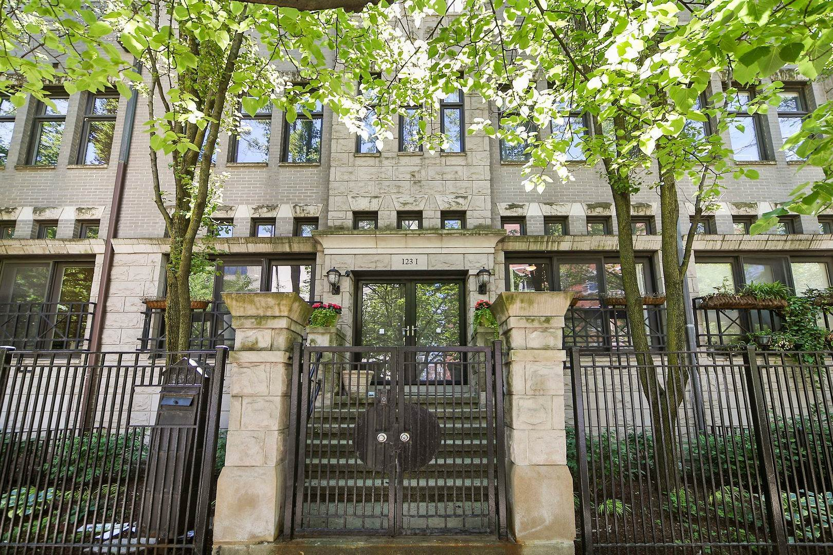 1. Single Family Homes at 123 W Oak Street Chicago, Illinois 60610 United States