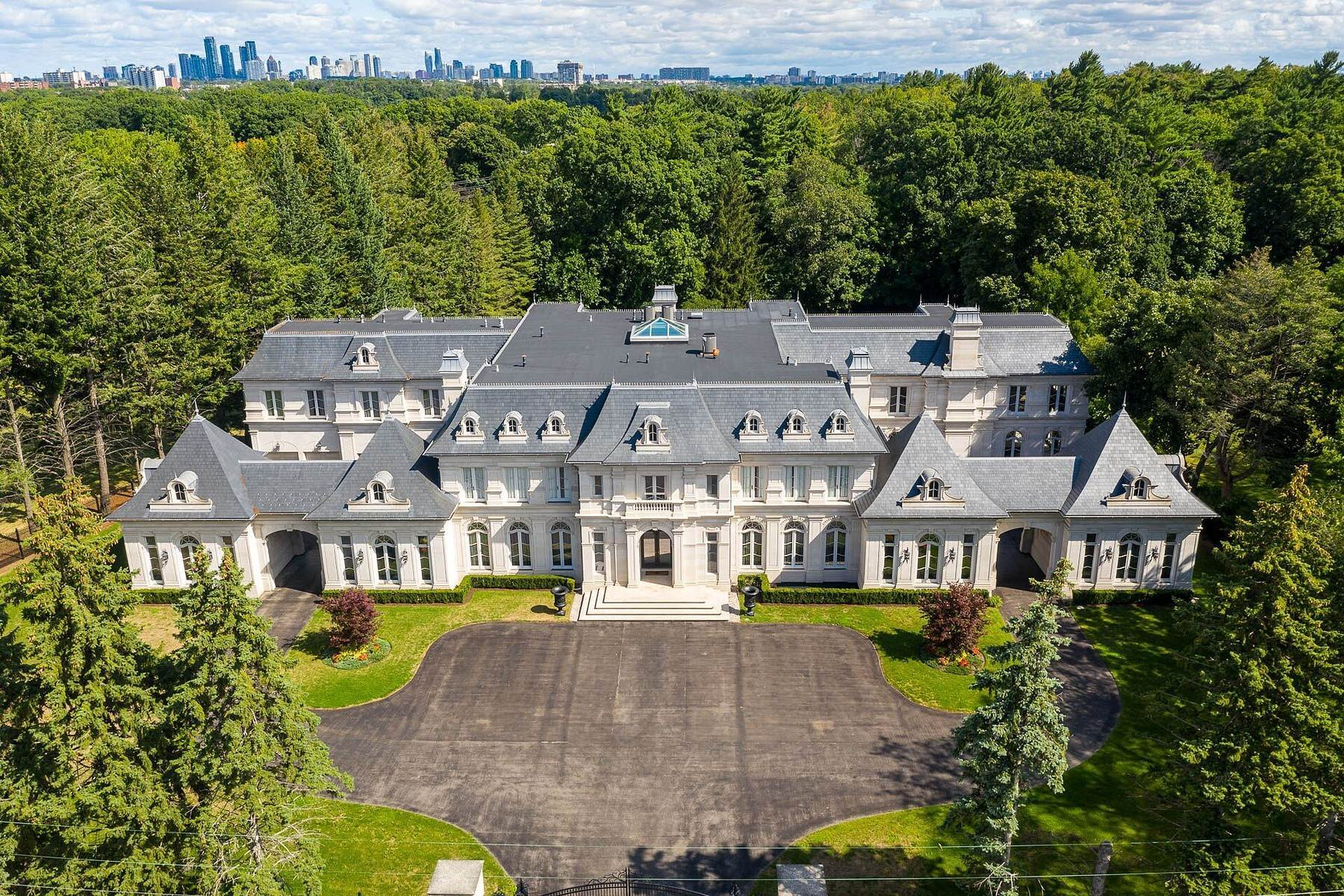 Single Family Homes pour l Vente à Chateau Inspired Estate 2275 Doulton Drive Mississauga, Ontario L5H 3M2 Canada