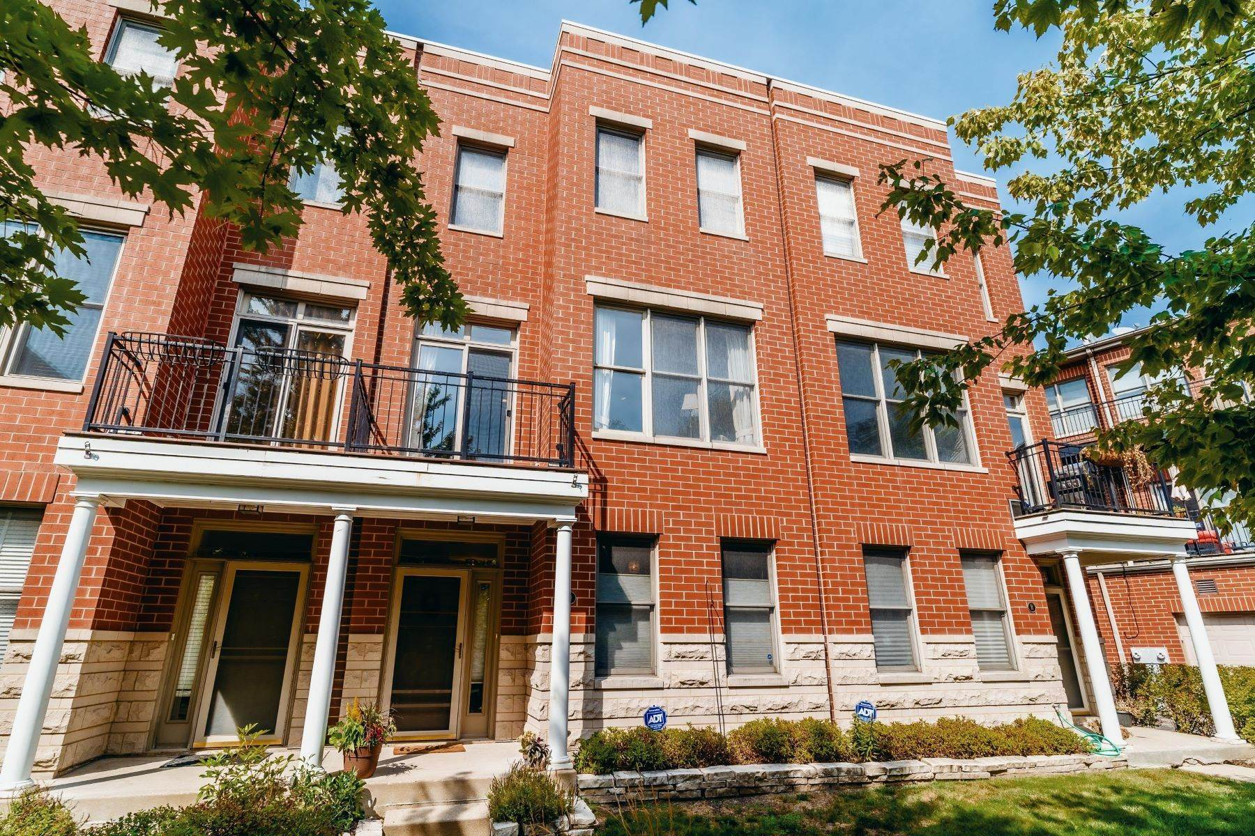 townhouses for Sale at Secluded Townhome 4010 N Clark Street, Unit Q Chicago, Illinois 60613 United States