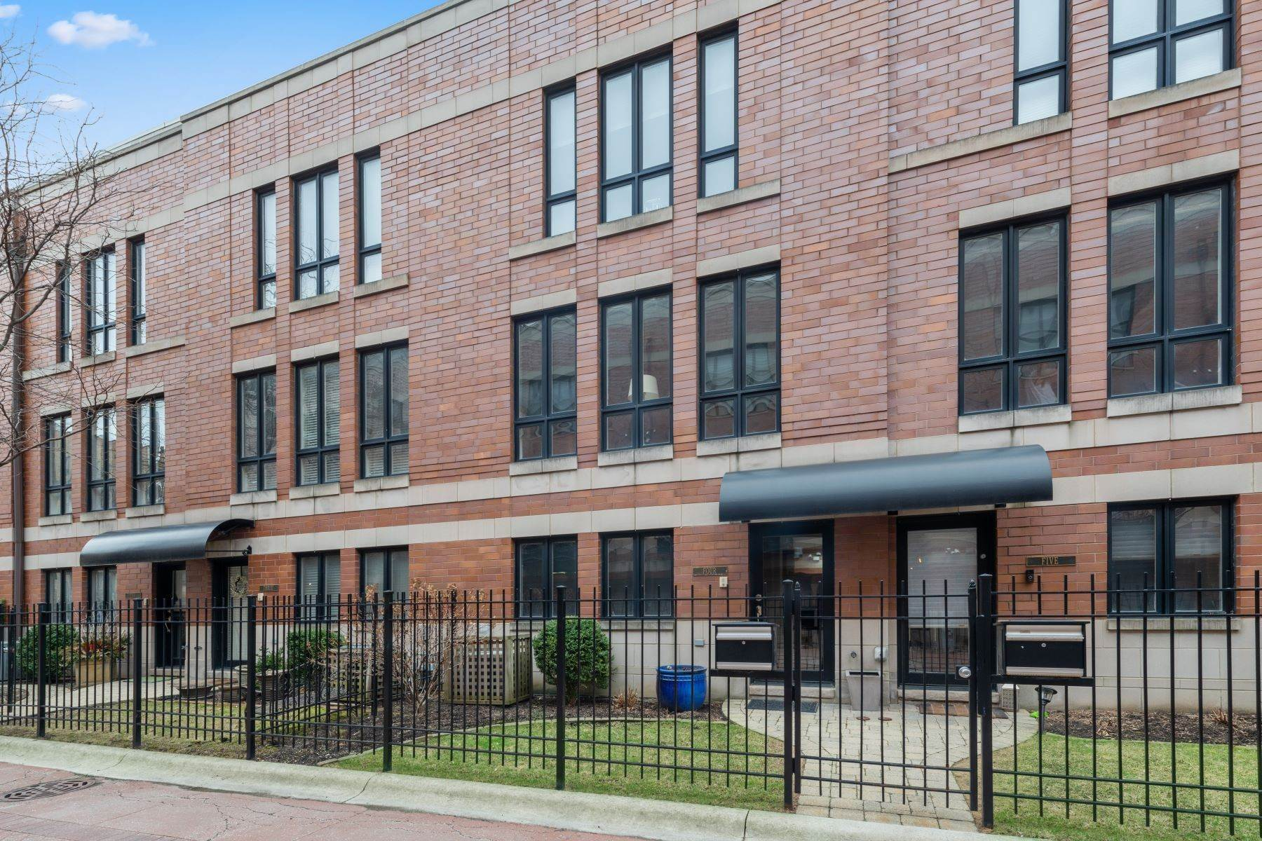 townhouses for Sale at Spacious Highly Upgraded Townhouse 3150 N Lakewood Avenue, Unit 4 Chicago, Illinois 60657 United States