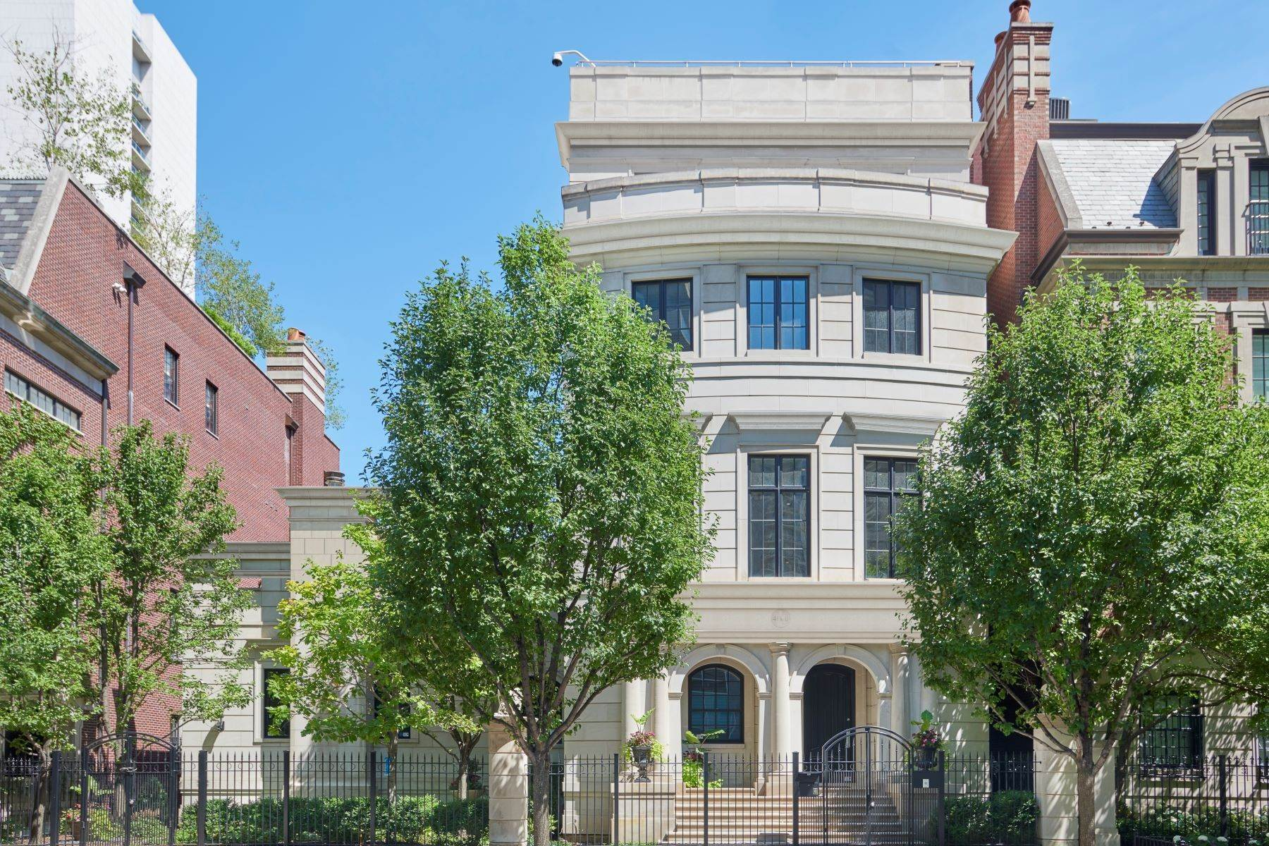 Single Family Homes pour l Vente à Stately River North Mansion 460 W Huron Street Chicago, Illinois 60654 États-Unis