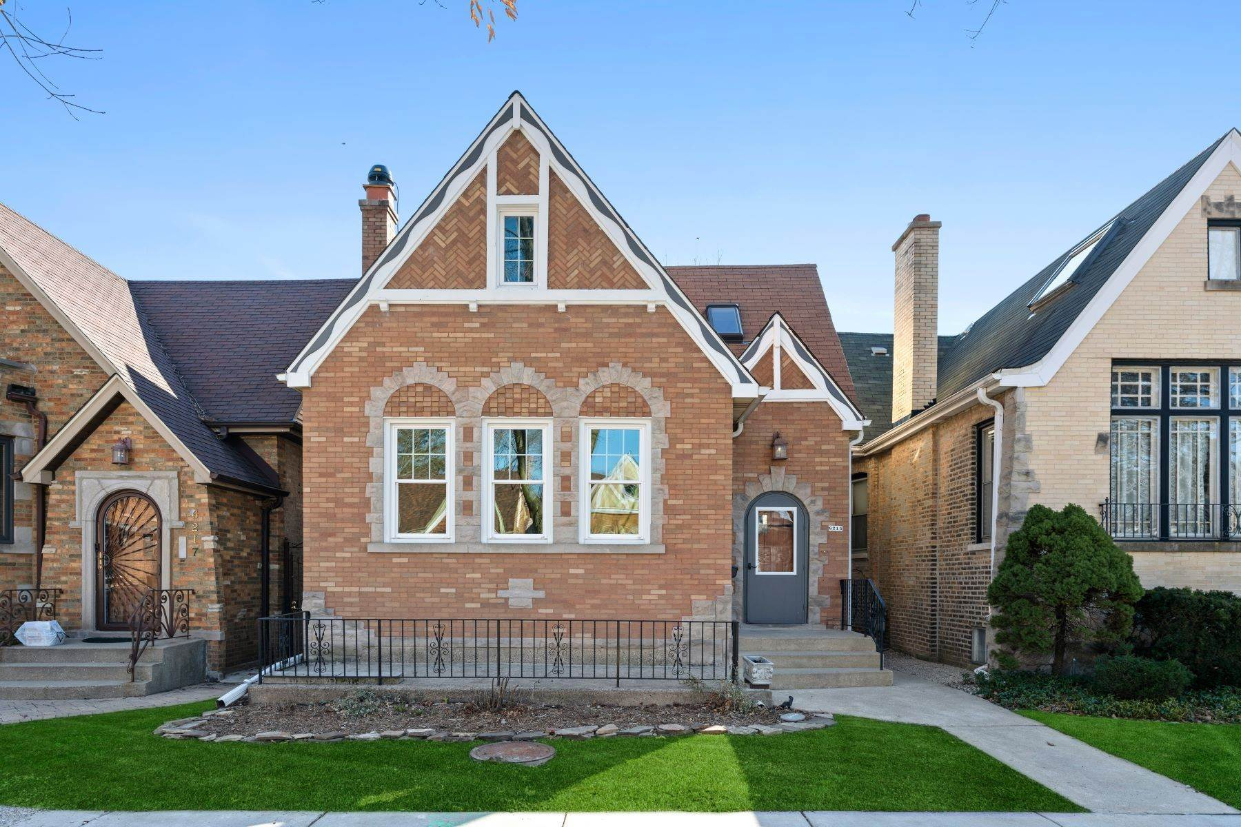 Single Family Homes for Sale at Inherent Warmth and Character 6215 N Moody Avenue Chicago, Illinois 60646 United States
