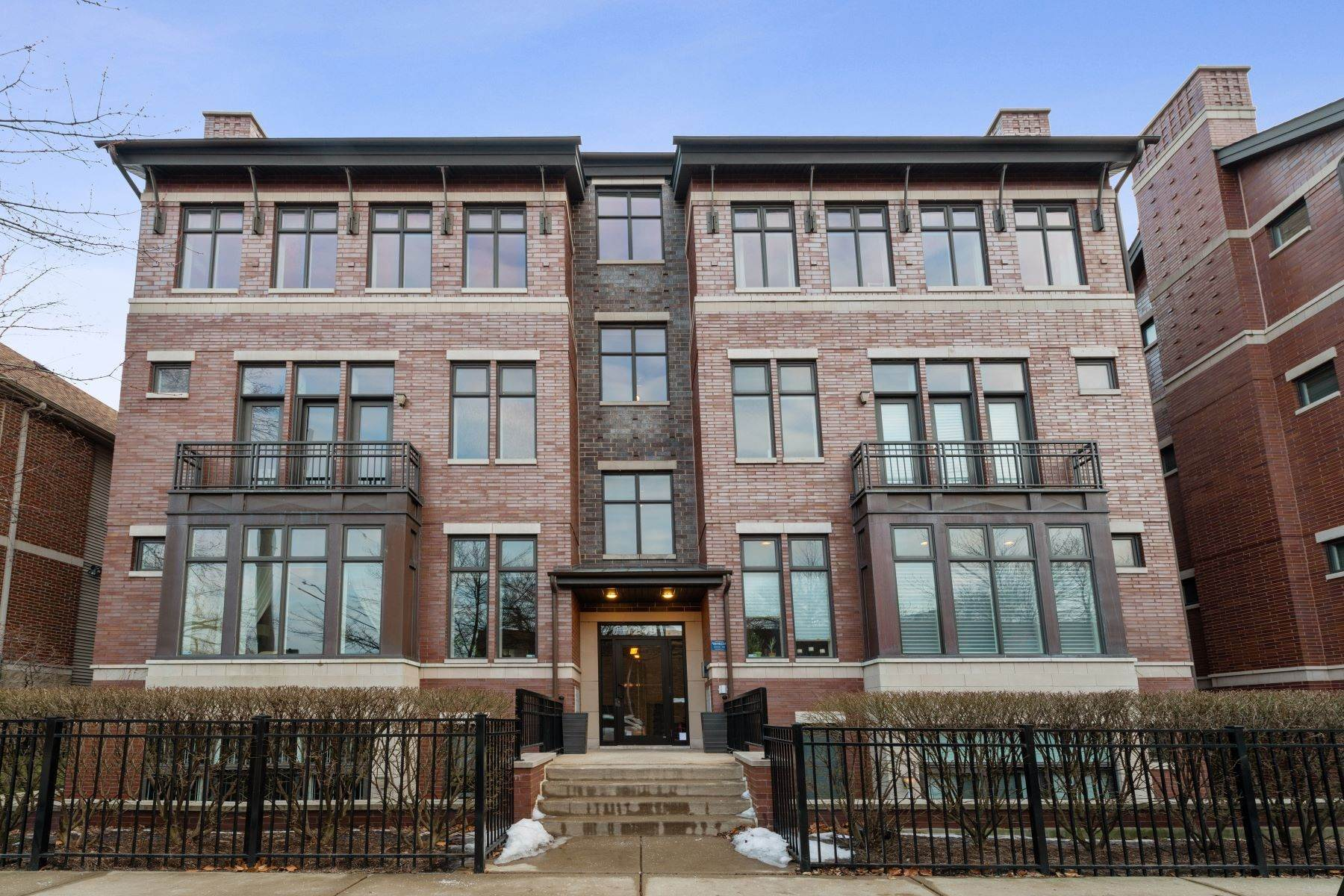 Condominiums for Sale at Extra-Wide Three Bedroom Penthouse Condo 1249 W Melrose Street, Unit 3E Chicago, Illinois 60657 United States