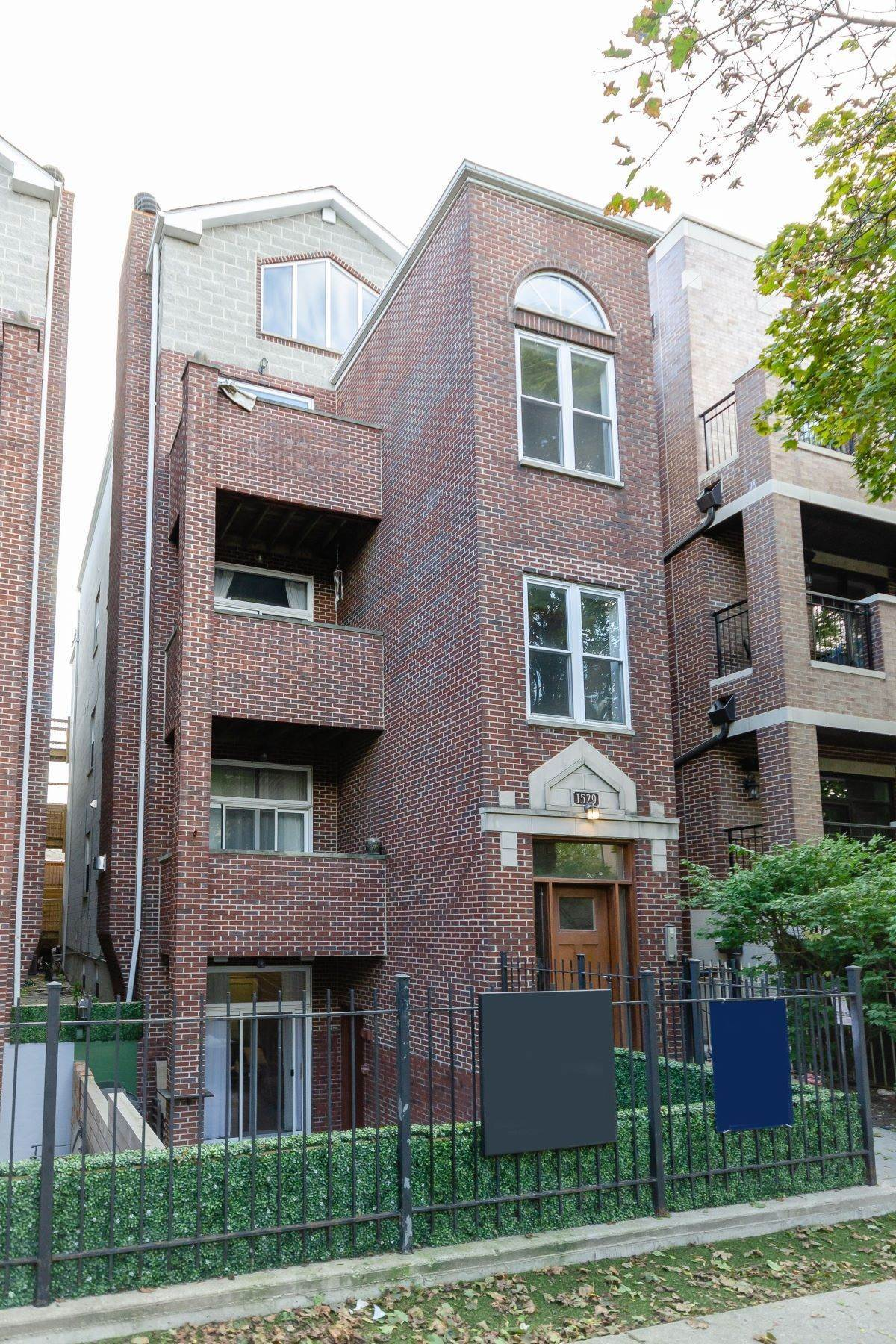 Duplex Homes for Sale at Contemporary Lincoln Park Duplex 1529 W Montana Street, Unit 1 Chicago, Illinois 60614 United States