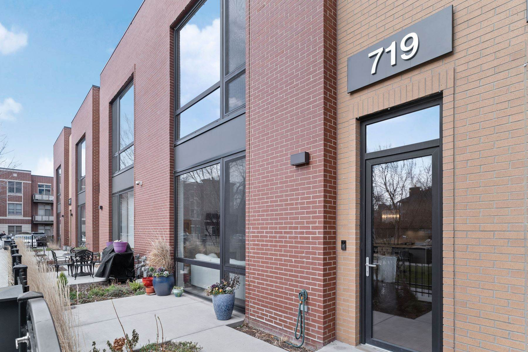 townhouses for Sale at Extra-Wide Townhome 719 W Liberty Street Chicago, Illinois 60607 United States