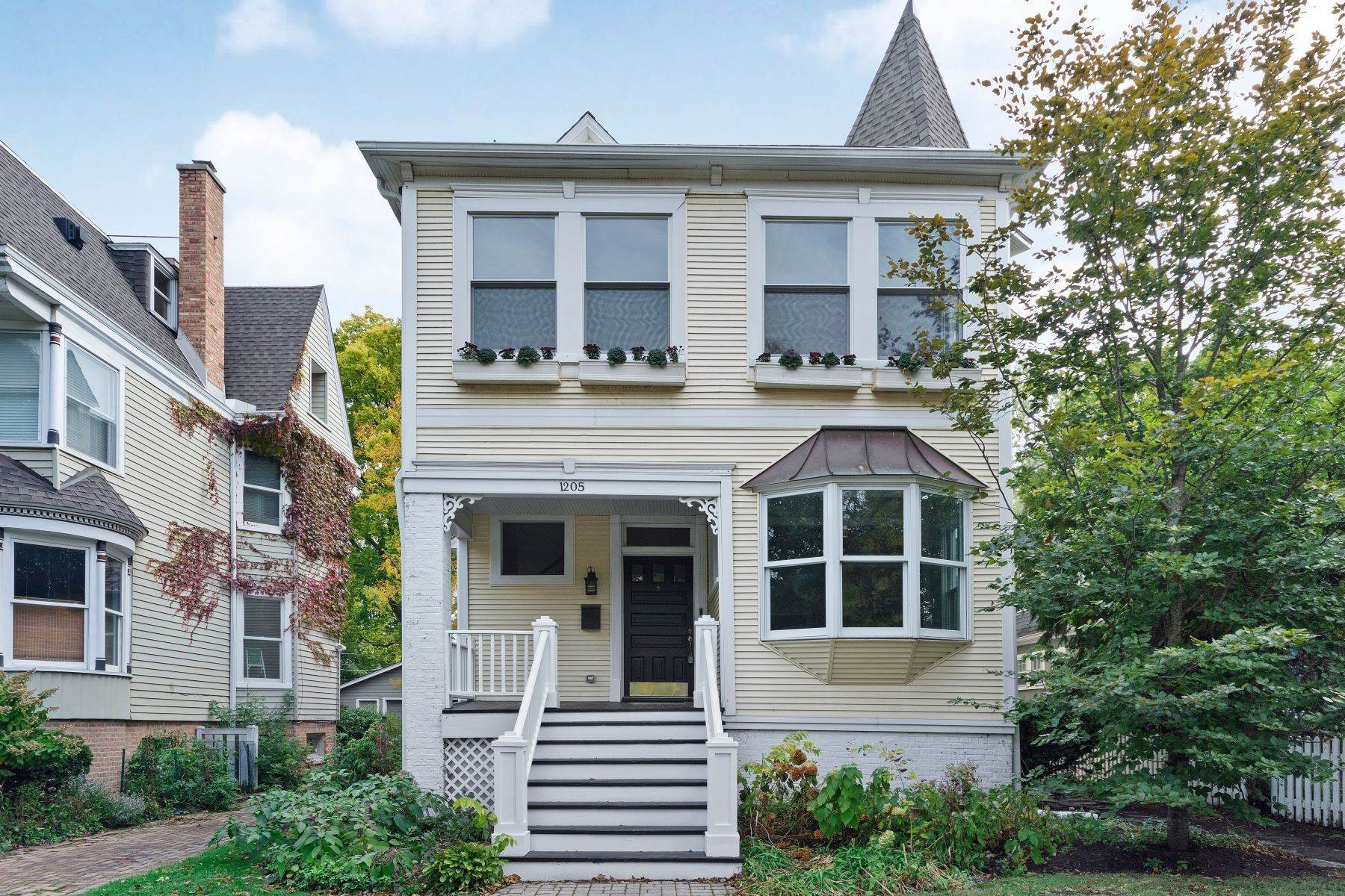 Single Family Homes para Venda às Stunning Victorian in Premier Evanston Location 1205 Judson Avenue Evanston, Illinois 60202 Estados Unidos