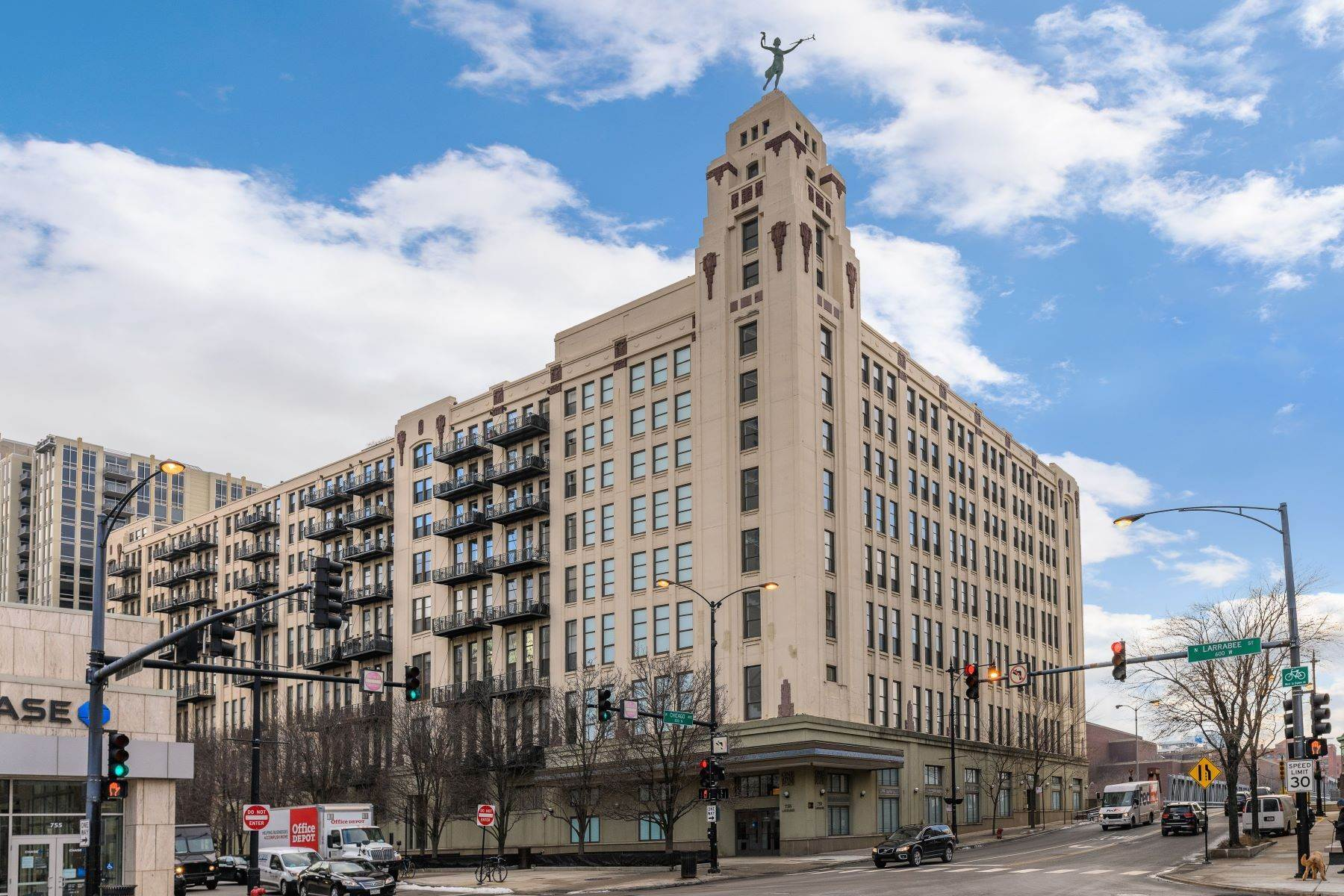 Condominiums for Sale at One of a Kind River North Penthouse 758 N Larrabee Street, Unit 901 Chicago, Illinois 60654 United States
