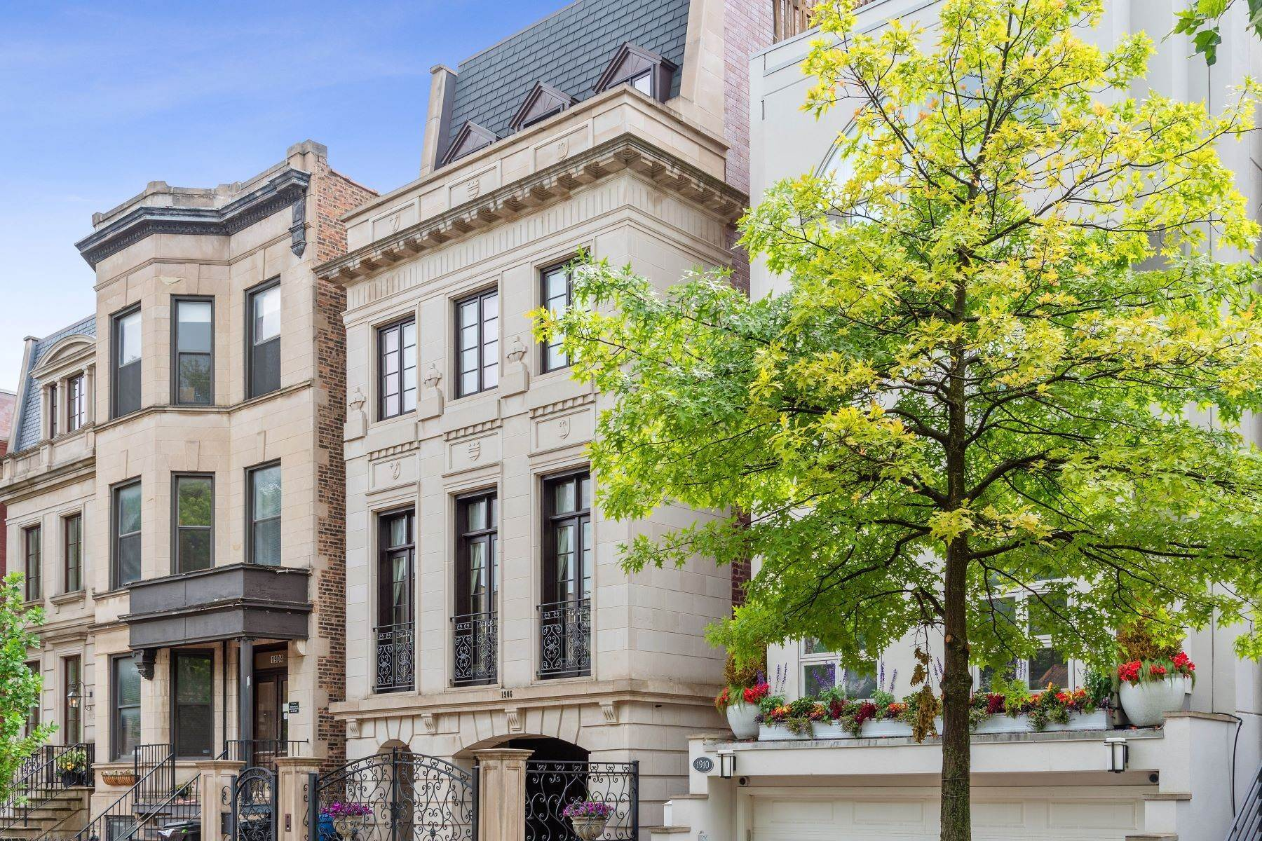 Single Family Homes for Sale at Remarkable custom home 1906 N Burling Street Chicago, Illinois 60614 United States