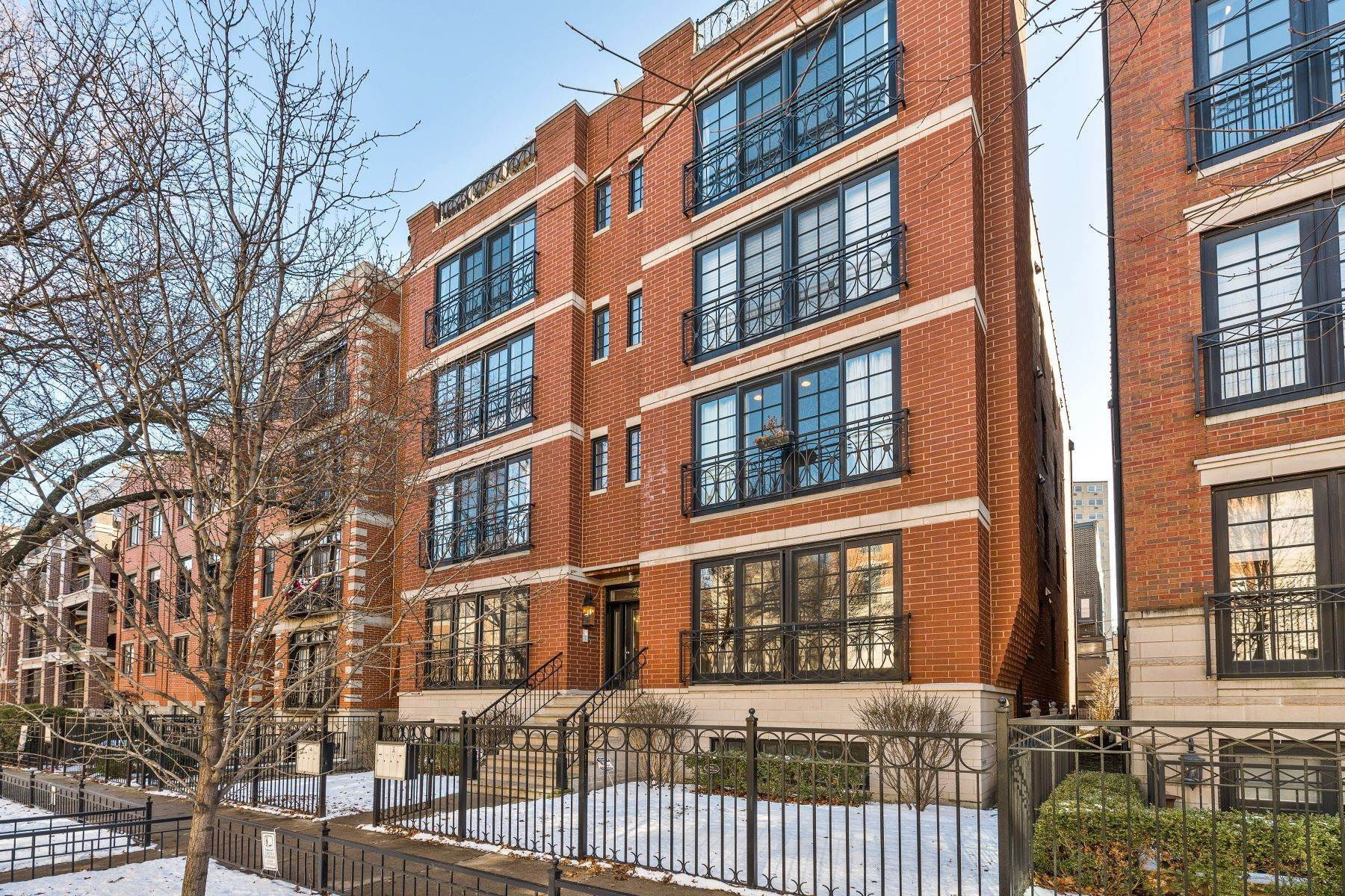 Duplex Homes for Sale at Stunning Sun Filled All Brick Extra wide Duplex 855 W Buckingham Place, Unit 1W Chicago, Illinois 60657 United States