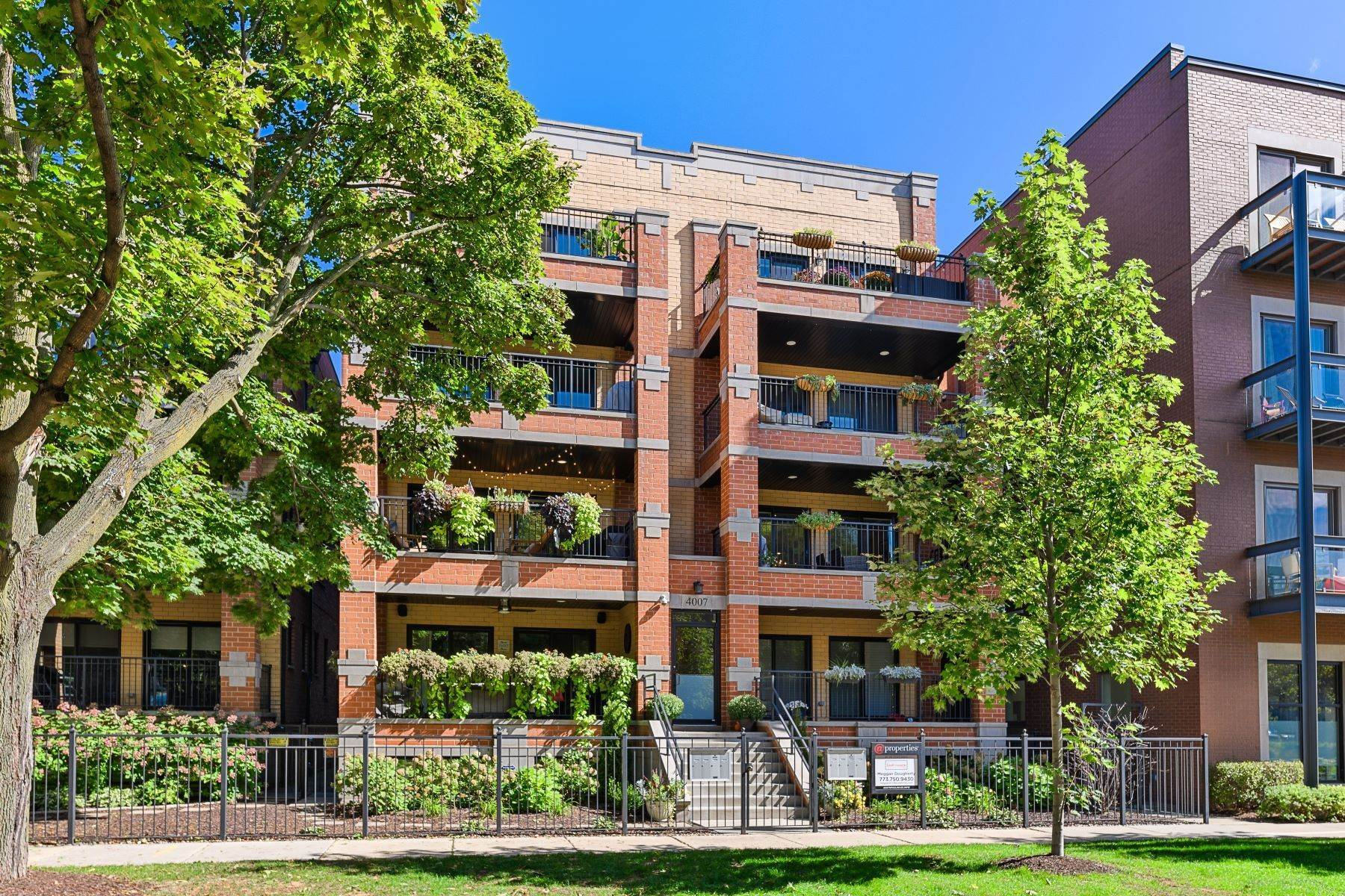 Condominiums for Sale at Fabulous Extra Wide Lakeview Three Bedroom 4007 N Paulina Street, Unit 2N Chicago, Illinois 60613 United States