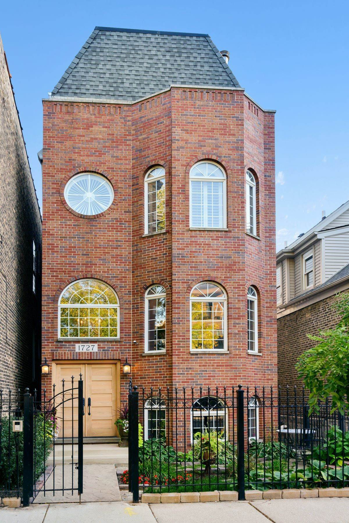 Property للـ Sale في Stunning Trilevel with Tesla Charger 1727 W Julian Street Chicago, Illinois 60622 United States